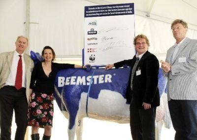 Ondertekening namens Stichting Natuur en Milieu van convenant over gebruik van duurzame soja door Beemster en Ben & Jerry's