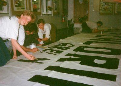 Spandoek schilderen aan boord van Greenpeace actieschip Solo maart 1993
