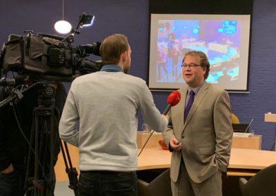 Voor de camera van Omroep Flevoland na een raadsvergadering.