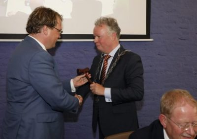 Overhandiging voorzittershamer aan burgemeester Gebben (Foto: Fotostudio Wierd/FlevoPost)